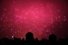 La gente che guarda i fuochi d'artificio del nuovo 2011 anno Fotografia Stock