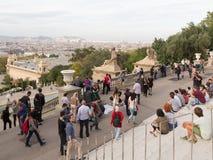 La gente che guarda la cima di Barcellona Immagine Stock