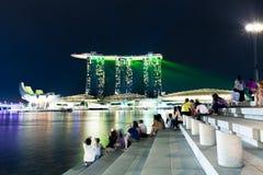 La gente che guarda la manifestazione di notte, Singapore Fotografie Stock Libere da Diritti