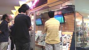 La gente che guarda TV circa la partita di football americano archivi video