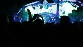 La gente che guarda un concerto archivi video