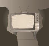La gente che guarda vecchio set televisivo d'annata Immagine Stock