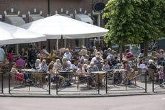 La gente che ha divertimento su un terrazzo Fotografia Stock