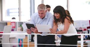 La gente che ha riunione informale in ufficio open space moderno stock footage