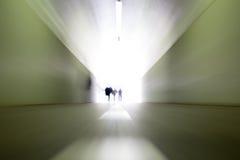 La gente che lascia il tunnel Fotografia Stock Libera da Diritti
