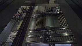La gente che lascia stazione della metropolitana dalla scala mobile che va su Lisbona, Portogallo stock footage