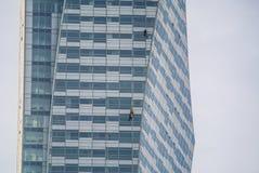 La gente che lavora ad un grattacielo Fotografia Stock
