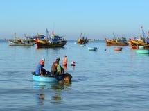 La gente che lavora alla spiaggia in Nhatrang Fotografia Stock