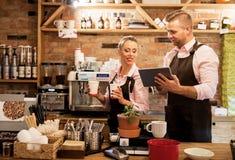 La gente che lavora in caffè e che usando tecnologia fotografie stock libere da diritti