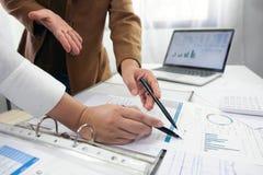 La gente che lavora in finanza, contabilit?, consulenza aziendale, consiglio di insegnamento, conti correnti fotografie stock