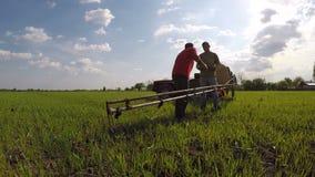 La gente che lavora nell'agricoltura video d archivio