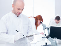 La gente che lavora in un laboratorio di chimica Fotografia Stock Libera da Diritti