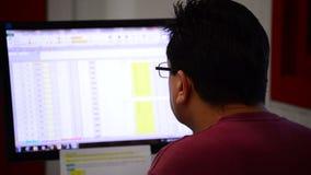 La gente che lavora in un ufficio con un computer archivi video