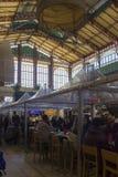 La gente che mangia al centrale di Mercato a Firenze Fotografie Stock