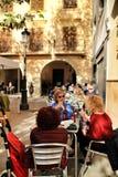 La gente che mangia aperitivo in un terrazzo al sole fotografie stock libere da diritti