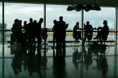 La gente che mangia caffè in terminale di aeroporto Immagini Stock Libere da Diritti