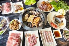 La gente che mangia il manzo del barbecue in ristorante fotografia stock libera da diritti