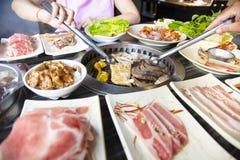 La gente che mangia il manzo del barbecue in ristorante fotografie stock libere da diritti