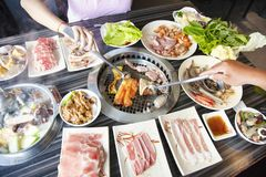 La gente che mangia il manzo del barbecue in ristorante immagini stock libere da diritti