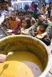 La gente che mangia spuntino a roadsid Fotografie Stock Libere da Diritti