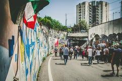La gente che marcia con un'area urbana Immagine Stock Libera da Diritti
