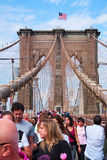 La gente che marcia sul ponte di Brooklyn immagine stock