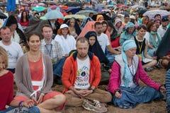La gente che medita in un parco della città Fotografia Stock