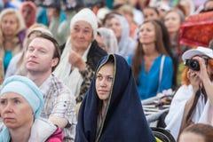 La gente che medita in un parco della città Immagini Stock
