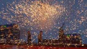 La gente che mette i fuochi d'artificio del ferro