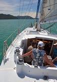 La gente che naviga nei suoni di Marlborough della Nuova Zelanda Fotografia Stock Libera da Diritti