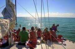 La gente che naviga sulla piattaforma di una barca Immagini Stock Libere da Diritti