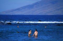 La gente che naviga usando una presa d'aria alla spiaggia Fotografia Stock
