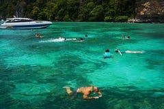 La gente che naviga usando una presa d'aria nei tropici Fotografie Stock
