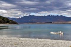 La gente che nuota nel lago Tekapo, isola del sud della Nuova Zelanda Fotografia Stock