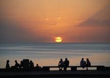 La gente che osserva tramonto di estate Fotografie Stock