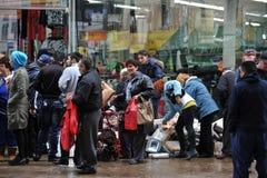 La gente che ottiene i vestiti e le coperte liberi Fotografie Stock Libere da Diritti