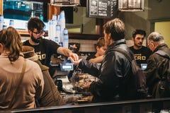 La gente che paga al fino al caffè interno Nerone, Londra, Inghilterra, Regno Unito immagine stock