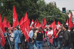 La gente che partecipa al giorno di liberazione sfoggia a Milano Fotografia Stock Libera da Diritti