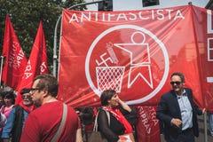 La gente che partecipa al giorno di liberazione sfoggia a Milano Immagine Stock Libera da Diritti