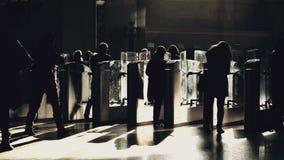 La gente che passa tramite i portoni del biglietto in metropolitana archivi video