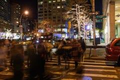 La gente che passeggia alla notte vicino a Columbus Circle Immagini Stock