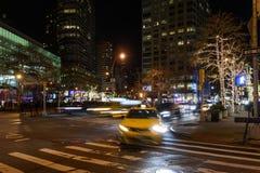 La gente che passeggia alla notte vicino a Columbus Circle Fotografia Stock Libera da Diritti