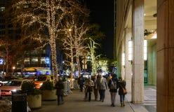 La gente che passeggia alla notte vicino a Columbus Circle Immagini Stock Libere da Diritti