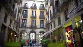 La gente che passeggia le vie strette con i caffè ed i negozi all'aperto, città europea piacevole stock footage