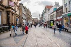 La gente che passeggia lungo una strada dei negozi a Dundee centrale fotografie stock
