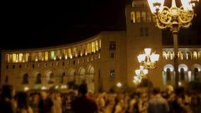 La gente che passeggia vicino al ministero degli affari esteri alla notte a Yerevan, Armenia archivi video