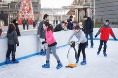 La gente che pattina sulla pista di pattinaggio sul ghiaccio a Milano, Italia Immagini Stock Libere da Diritti