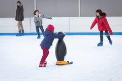 La gente che pattina sulla pista di pattinaggio sul ghiaccio a Milano, Italia Fotografia Stock