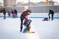 La gente che pattina sulla pista di pattinaggio sul ghiaccio a Milano, Italia Fotografia Stock Libera da Diritti
