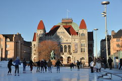 La gente che pattina sulla pista di pattinaggio sul ghiaccio vicino al teatr nazionale fotografie stock